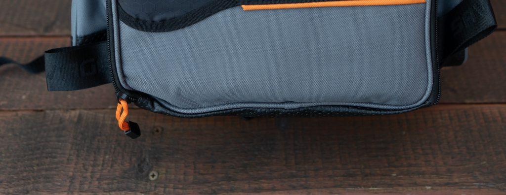 Angelrucksack Test - Gummierte Unterseite schützt vor Feuchtigkeit beim Hinstellen des Rucksacks