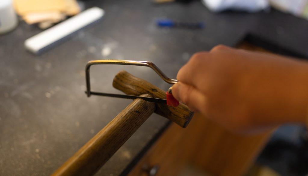 Fischtöter selber bauen - Holz auf die richtige Länge sägen