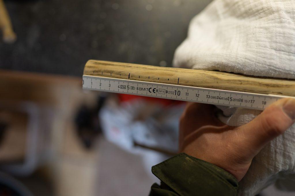 Fischtöter selber bauen - Mit Stift & Zollstock die Abstände einzeichnen