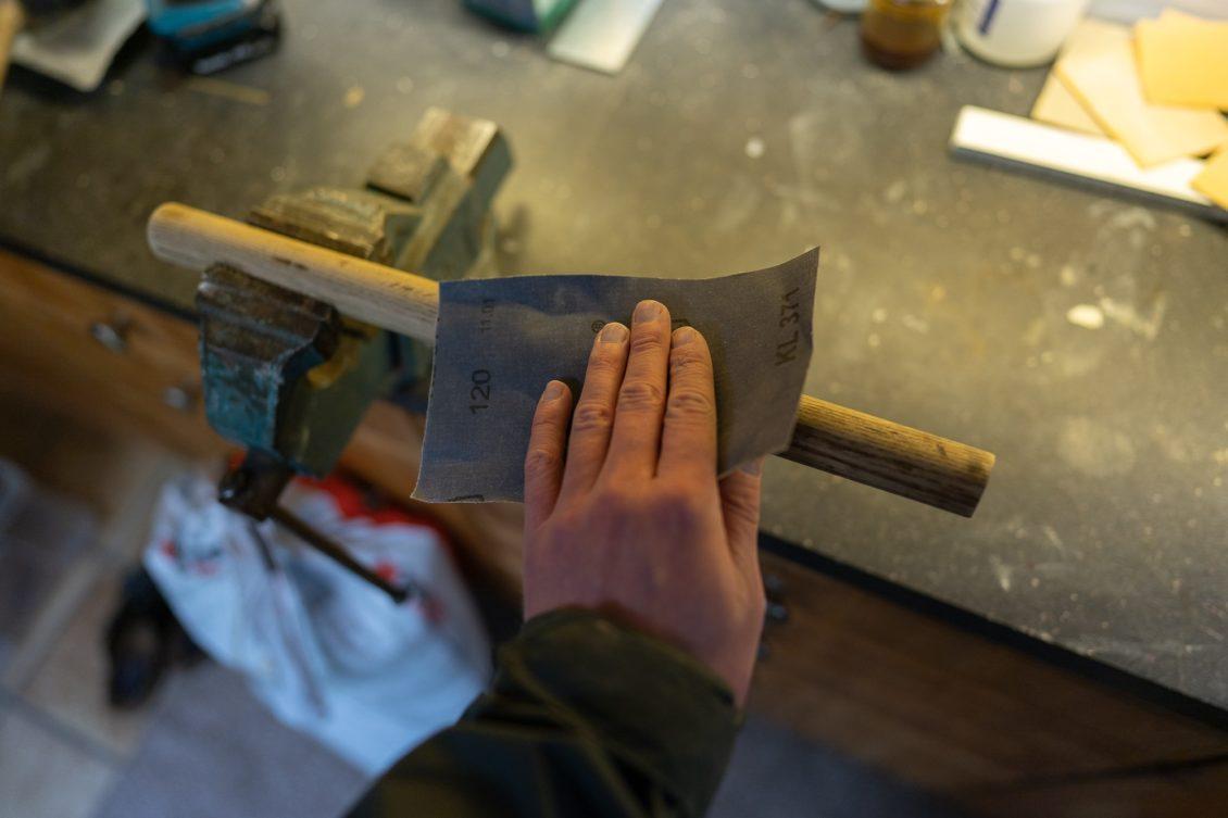 Fischtöter selber bauen - Mit Schleifpapier die Oberfläche abschleifen