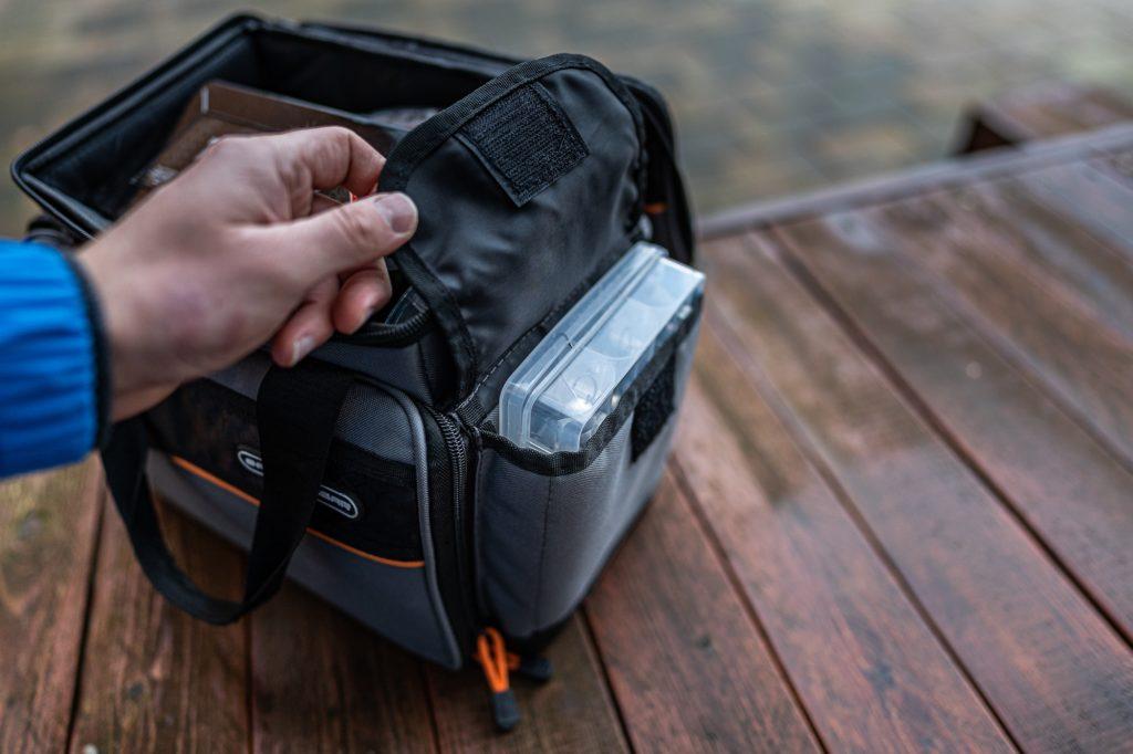 Savage Gear Lure Specialist Angeltasche - Außentaschen rechts und links perfekt für kleine Köderboxen