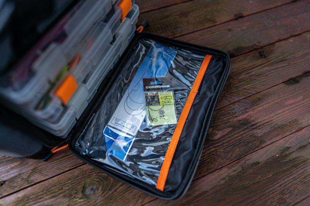 Savage Gear Lure Specialist Angeltasche - Durchsichtige Innentasche im Hauptfach